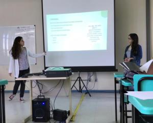 As alunas Julia e Thainá apresentado trabalho na JAI 2019