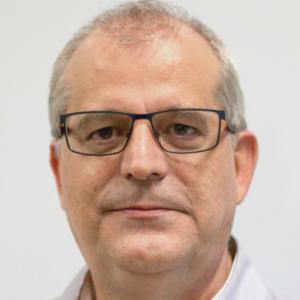 Foto vertical de homem usando camisa branca e óculos de grau