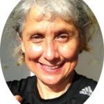 Foto redonda de mulher de cabelos cinza sorrindo