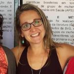 Foto quadrada de mulher loira sorrindo usando óculos de grau