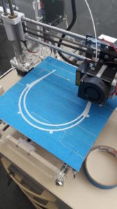 Impressora 3D imprimindo más de proteção individual