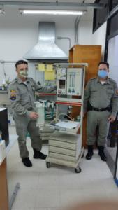Dois brigadianos com respirador reparado