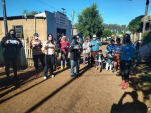 Catadores de Palmeira das Missões recebendo máscaras