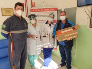 Quatro pessoas recebendo as doações no Hospital de Formigueiro