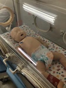 Manequim para realizar treinamento em RCP pediátrico e demais cuidados com lactentes